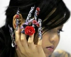 Японка с наращенными ногтями