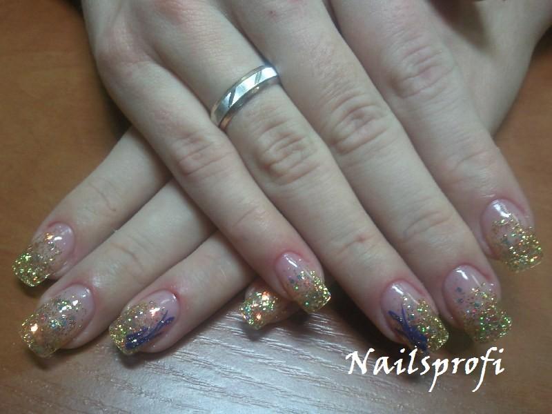 Золотистый оттенок гелевых ногтей