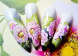 На китайских ногтях цветочки