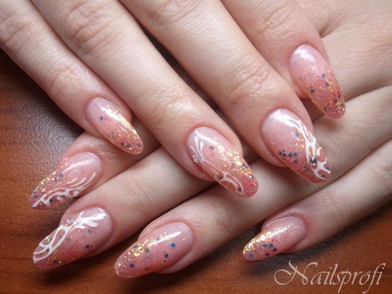 Гелевые ногти с блестками и слюдой