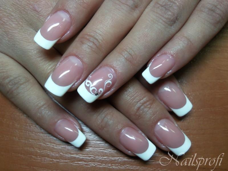 Гелевые ногти с улыбкой
