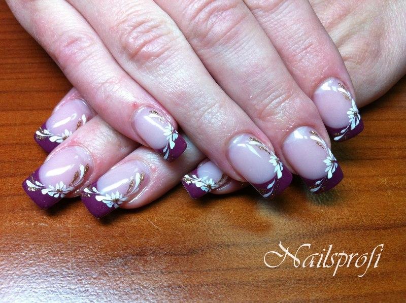 Цветочный узор на акриловых ногтях