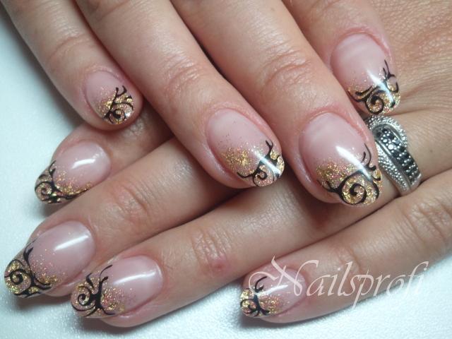 Короткие гелевые ногти с орнаментом