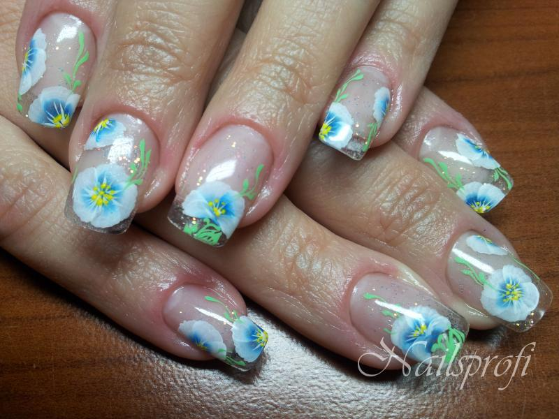 Цветочный дизайн на гелевых ногтях